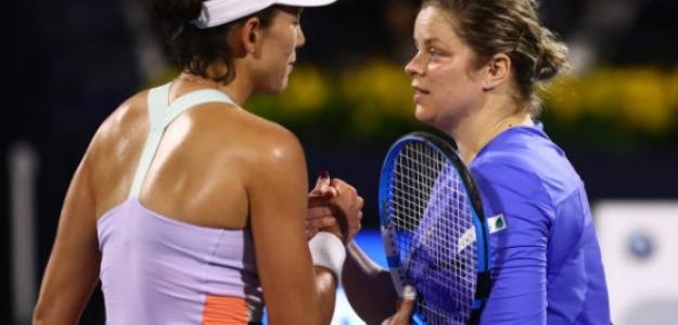 Muguruza y Clijsters en la red, tras finalizar su duelo de primera ronda de Dubái. Foto: Getty