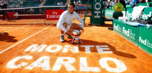 Nadal posa con el trofeo de campeón el año pasado en Montecarlo. Foto: Getty
