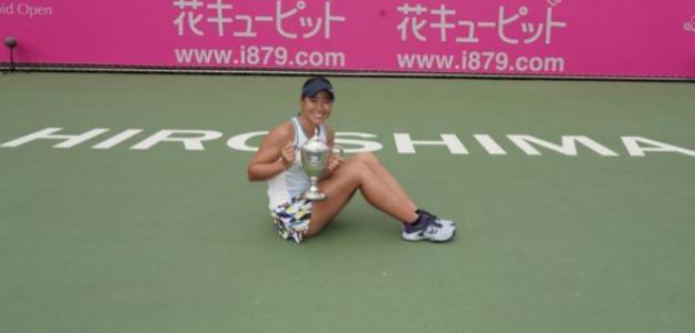 Nao Hibino posa con el trofeo de campeona. Fuente: WTA
