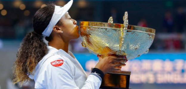 Naomi Osaka besa el título de campeona en Beijing. Fuente: Getty