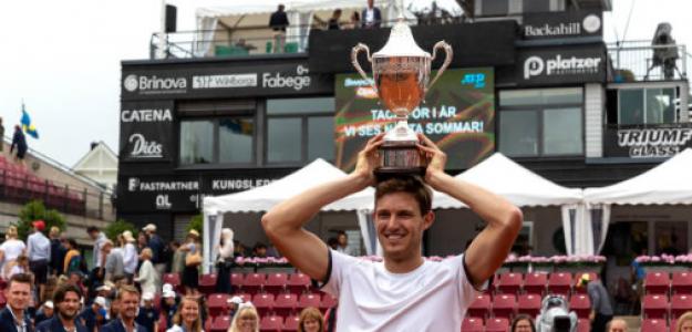 Nico Jarry, con el trofeo en Bastad. Fuente: Getty