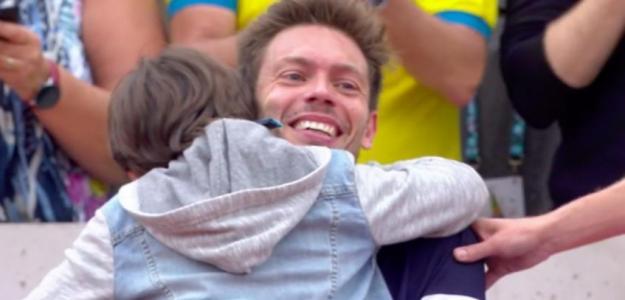 Nicolas Mahut abrazado a su hijo tras tumbar a Cecchinato.