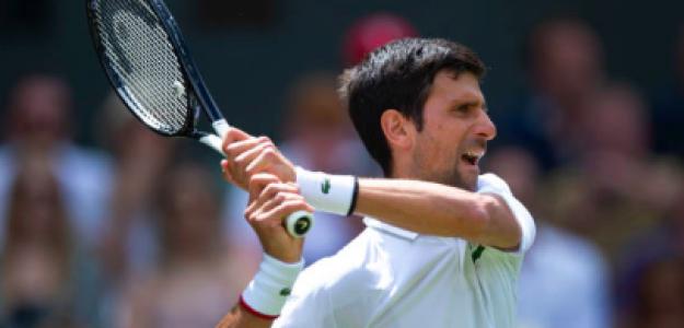Novak Djokovic golpeando la pelota. Fuente: Getty
