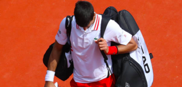 Novak Djokovic, hundido tras su derrota ante Dan Evans. Fuente: Getty