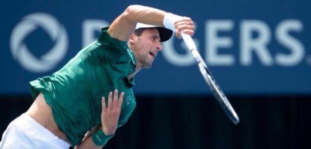 Djokovic sacando durante su duelo frente a Basic en Toronto.