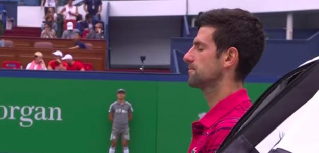 Novak Djokovic meditando durante un partido. Fuente: Tennis TV