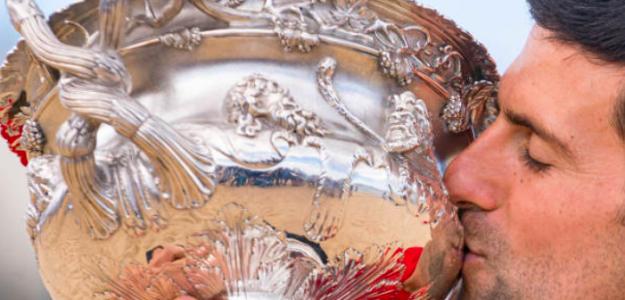 Novak Djokovic besa su último trofeo. Fuente: Getty