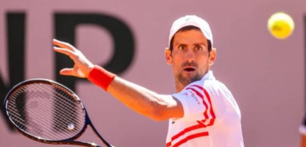 Djokovic en plena acción durante la final de Roland Garros 2021. Foto: Getty