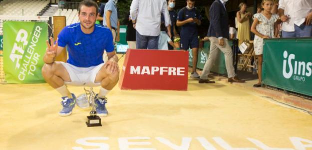 Pedro Martínez, con el Giraldillo de campeón. Fuente: Copa Sevilla