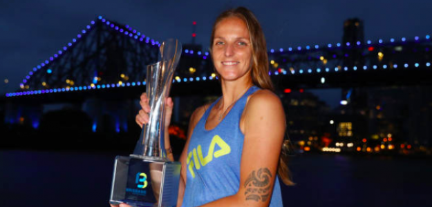 Karolina Pliskova posa con su tercer título en Brisbane. Fuente: Getty