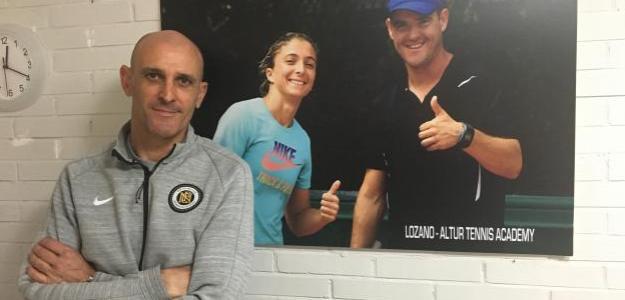 David Andrés posa con en retrato de la Lozano-Altur Tennis Academy. Fuente: Fernando Murciego
