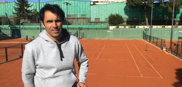 Quino Muñoz delante de su pista favorita en el Club de Tenis Chamartín. Fuente: Fernando Murciego