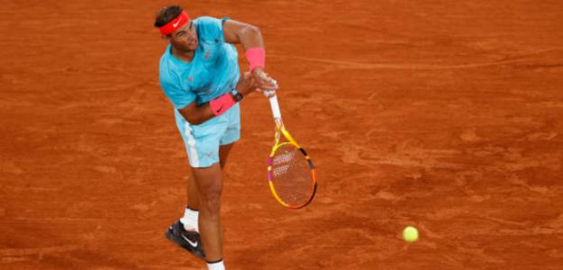 Rafa Nadal saca el rodillo para meterse en octavos de Roland Garros 2020. Foto: Getty