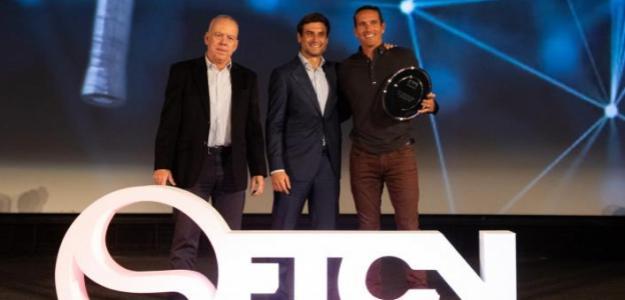 Los homenajeados, David Ferrer y Rubén Ramírez, junto a Antonio Martínez Cascales. Fuente: FTCV