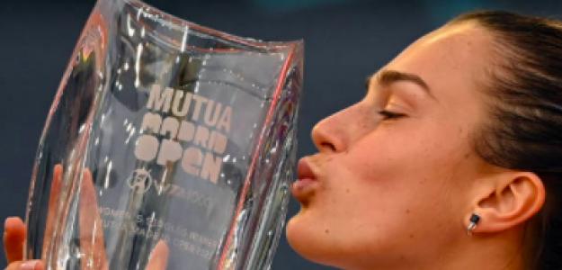 El beso de Sabalenka con su trofeo de campeona. Fuente: Getty