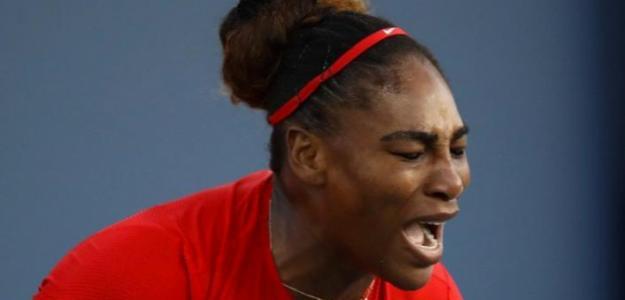 Serena Williams sacando la rabia durante su desafortunado choque ante Konta en San José.