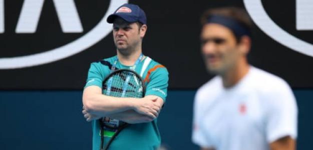 Roger Federer bajo la atenta mirada de Severin Luthi. Foto: Getty