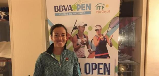 Silvia Soler posa con el cartel del torneo durante la entrevista. Foto: Fernando Murciego