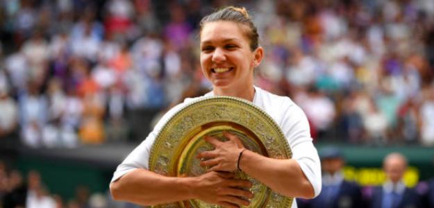 Simona Halep con su título en Wimbledon. Fuente: Getty