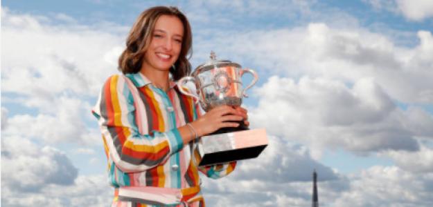 Iga Swiatek con el título de Roland Garros. Fuente: Getty