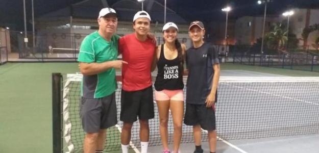 Ricardo Sánchez junto a María Camila Osorio y el resto del equipo.