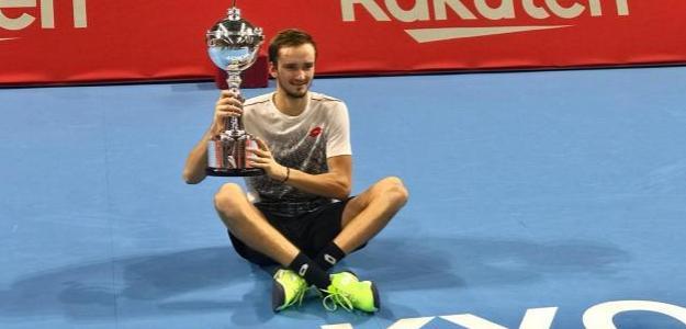 Daniil Medvedev posa con su primer ATP 500. Fuente: Rakuten Open
