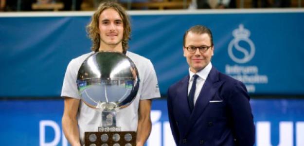 Tsitsipas, con el título de campeón en Estocolmo. Fuente: Getty