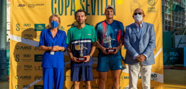David Vega, segundo por la derecha, con el giraldillo de campeón de la Copa Sevilla. Fuente: Copa Sevilla Facebook